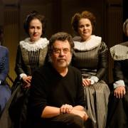 As comadres da peça Úrsula Collischonn, Janaína Kremer, Mirna Spritzer, Irene Brietzke e o diretor Jorge Furtado (Foto: Fábio Rebelo)